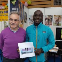 Abdou Daoud AHMAT (1ère participation à un marathon. Il visai 2h20 et il à fait 2h19'34s !)) de l'EPA 86 avec son président de CDCHS 86, Françis BROUSSE.